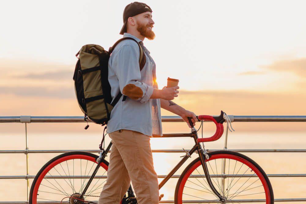 pedalando para o trabalho com mochila